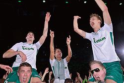 11-04-2015 NED: PKC SWKgroep - TOP Quoratio, Rotterdam<br /> Korfbal Leaguefinale in een volgepakt Ahoy wordt gewonnen door PKC met 22-21 / Mady Tims op de schouders. Rechts Laurens Leeuwenhoek en links Richard Kunst