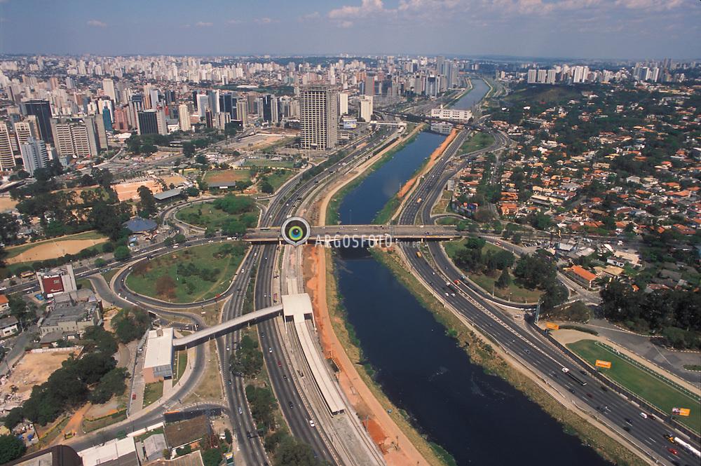 Sao Paulo, Sao Paulo, Brasil. 02/09/2001..Vista aerea da Marginal Pinheiros./ Aerial View of Pinheiros River..Foto © Marcos Issa/Argosfoto