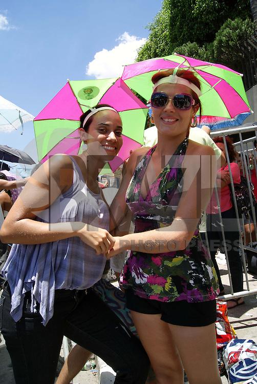 SÃO PAULO, SP, 06 DE FEVEREIRO DE 2010 - SHOW BEYONCE EM SP MOVIMENTAÇÃO - Público que acompanhará o show da cantora americana Beyoncé já forma fila na porta do local do espetáculo o Estádio do Morumbi na região sul da capital paulista. (FOTO: VANESSA CARVALHO / BRAZIL PHOTO PRESS