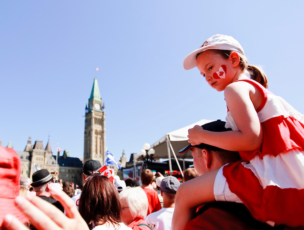 Canadians gather on Parliament Hill in Ottawa, Ontario July 1, 2011 for Canada Day celebrations. This year they will be joined by Britain's Prince William and his wife Catherine the Duchess of Cambridge.<br /> AFP PHOTO/GEOFF ROBINS