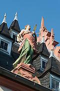 Figur auf Rathaus Dach, Rathaus, Groß-Umstadt, Odenwald, Naturpark Bergstraße-Odenwald, Hessen, Deutschland | figure on guild hall, Gross-Umstadt, Odenwald, Hesse, Germany