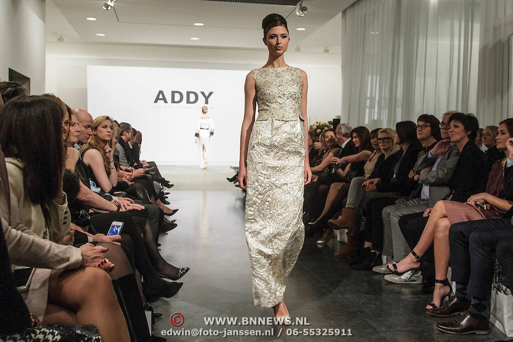 NLD/Laren/20150124 - Modeshow Addy van den Krommenacker Fall Winter 2015 'London revisited', mannequins op de catwalk