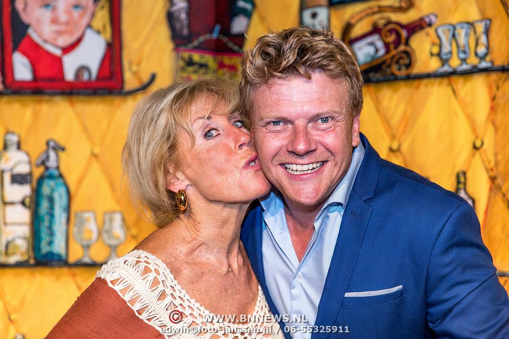 NLD/Rotterdam/20170829 - Perspresentatie De Oase Bar geeft een feestje, Joke Bruys en Bastiaan Ragas
