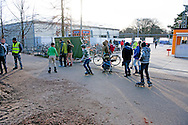 NIJMEGEN - Vluchtelingen houden zich op, wandelen, bij kamp, tentenkamp Heumensoord, de tijdelijke noodopvang, azc, van het COA  , Asielzoekers demonstreren tegen hun verblijf in het tentenkamp op Heumensoord, die vinden dat hun wachttijd in de noodopvang te lang duurt.  COPYRIGHT ROBIN UTRECHT
