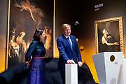 Koning Willem Alexander opent tentoonstelling Utrecht, Caravaggio en Europa in het Centraal Museum, Utrecht<br /> <br /> King Willem Alexander opens exhibition Utrecht, Caravaggio and Europe in the Centraal Museum, Utrecht<br /> <br /> Op de foto / On the photo:  Officiele openingshandeling door Koning Willem Alexander / Official opening by King Willem Alexander