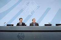 11 DEC 2002, BERLIN/GERMANY:<br /> Bela Anda (L), Regierungssprecher, und Gerhard Schroeder (R), SPD, Bundeskanzler, waehrend einer Pressekonferenz, Infosaal, Bundeskanzleramt<br /> IMAGE: 20021211-01-024<br /> KEYWORDS: Gerhard Schröder