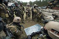 """03 APR 2012, LEHNIN/GERMANY:<br /> Einsatzbesprechung, Kampfschwimmer der Bundeswehr trainieren """"an Land"""" infanteristische Kampf, hier Haeuserkampf- und Geiselbefreiungsszenarien auf einem Truppenuebungsplatz<br /> IMAGE: 20120403-01-076<br /> KEYWORDS: Marine, Bundesmarine, Soldat, Soldaten, Armee, Streitkraefte, Spezialkraefte, Spezialkräfte, Kommandoeinsatz, Übung, Uebung, Training, Spezialisierten Einsatzkraeften Marine, Waffentaucher"""