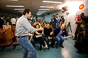 Campanha Márcio Lacerda..O candidato candidato Leonardo Quintão (PMDB) cumprimenta seu adversário Márcio Lacerda (PSB) durante debate promovido pelo jornal Hoje em Dia...Fotos: Leo Drumond / NITRO
