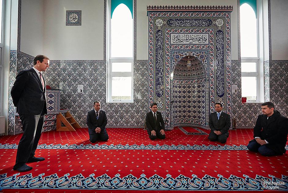 IJmuiden, 12 november 2014 - Minister van Sociale Zaken Lodewijk Asscher tijdens een werkbezoek aan de Kuba moskee in IJmuiden. <br /> Foto: Phil Nijhuis