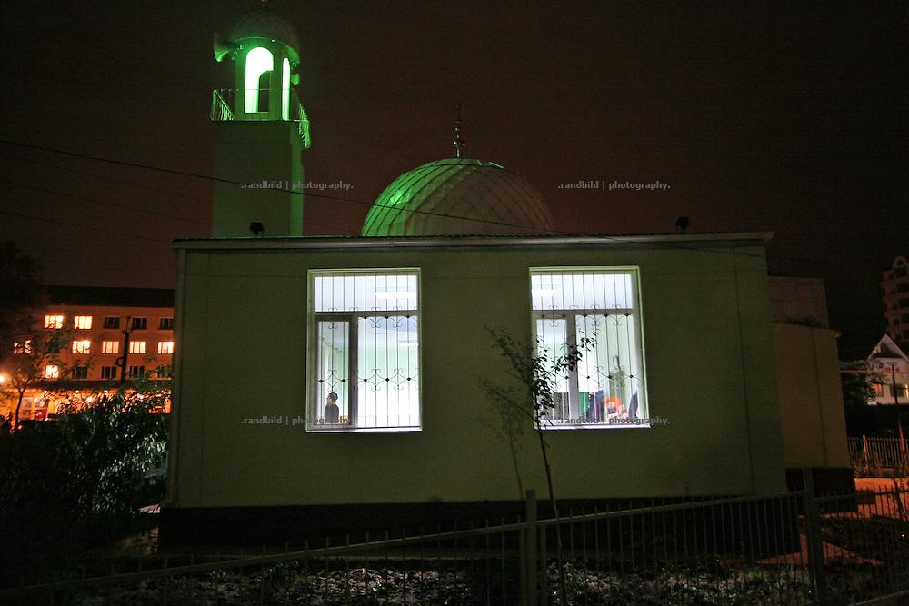 Ein junger Imam ruft zum Abendgebet in Machatschkala, Dagestan. A young Imam is calling for evening prayer in Makhachkala, Dagestan.