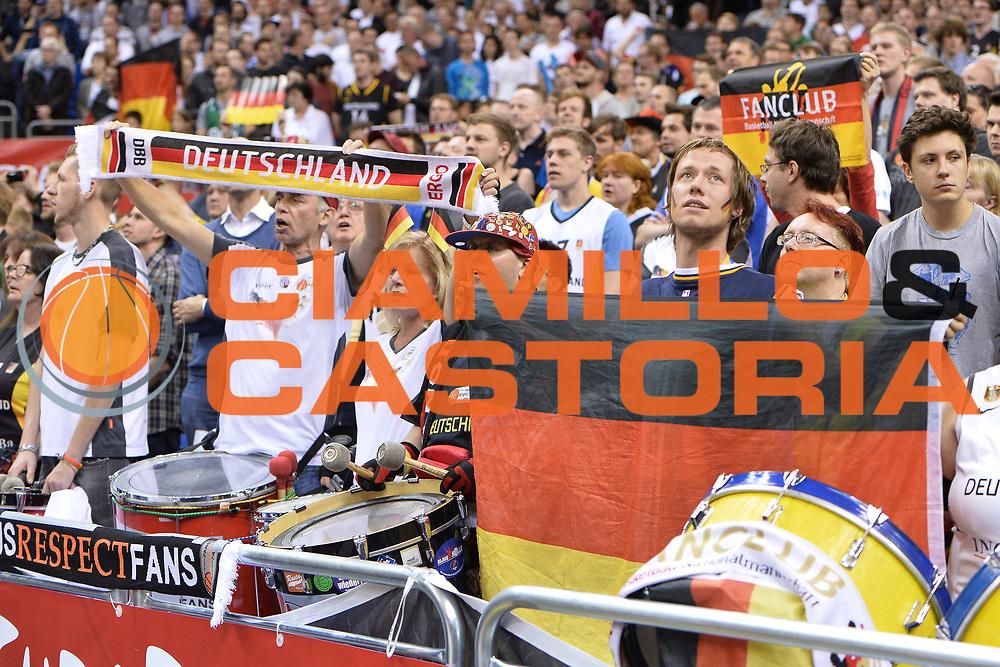 DESCRIZIONE : Berlino Berlin Eurobasket 2015 Group B Italy Germany <br /> GIOCATORE :  Pubblico<br /> CATEGORIA : Tifosi<br /> SQUADRA :Germany <br /> EVENTO : Eurobasket 2015 Group B <br /> GARA : Italy Germany <br /> DATA : 09/09/2015 <br /> SPORT : Pallacanestro <br /> AUTORE : Agenzia Ciamillo-Castoria/I.Mancini <br /> Galleria : Eurobasket 2015 <br /> Fotonotizia : Berlino Berlin Eurobasket 2015 Group B Italy Germany