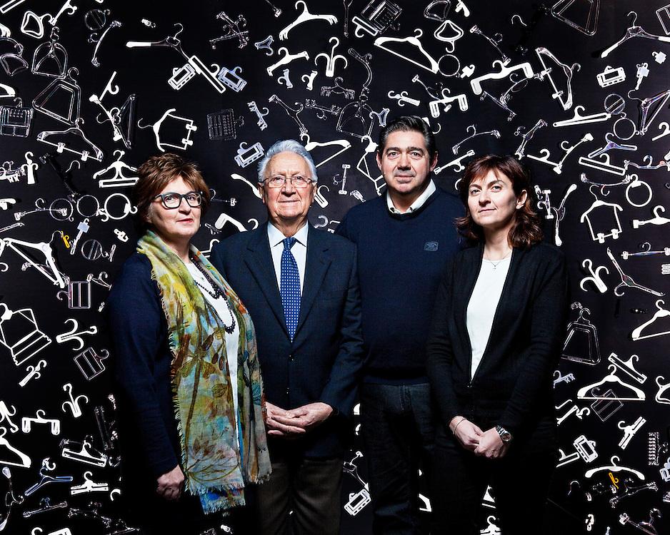 La famiglia Mazzucchelli, Plastimax. L'azienda è leader nel comparto delle grucce dalle forme in plastica per esposizione oltre alle soluzioni antitaccheggio.
