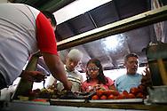 Jose Miguel, vendedor de cochino durante el recorrido por el Junquito. 31-08-2008 (ivan gonzalez)