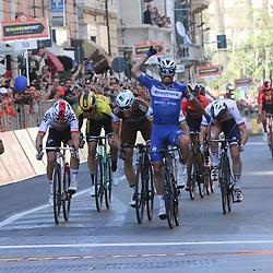 23-03-2019: Wielrennen: Milaan-San Remo: San Remo<br /> - wielrennen - cycling - Milaan-SanRemo -  <br /> Julian Alaphilippe heeft zaterdag de 110e editie van Milaan-San Remo gewonnen. De 26-jarige Fransman was op de Via Roma de sterkste van een kopgroep in de sprint klopte hijOliver Naesen (tweede) en Michal Kwiatkowski (derde) voor.<br /> <br /> <br /> <br /> <br /> De 26-jarige Alaphilippe bleef in de sprint Oliver Naesen (tweede) en Michal Kwiatkowski (derde) voor.