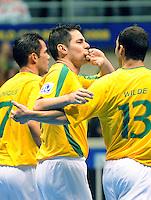 Fussball  International  FIFA  FUTSAL WM 2008   12.10.2008 Zweite Gruppenrunde Gruppe E Italy - Brasil Italien - Brasilien von links VINICIUS (BRA); LENISIO (BRA) und WILDE (BRA) freuen sich nach einem Tor