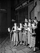 08/12/1952<br /> 12/08/1952<br /> 08 December 1952<br /> Carol Singers outside Kennan and Sons Ltd., Iron works on Fishamble Street, Dublin.