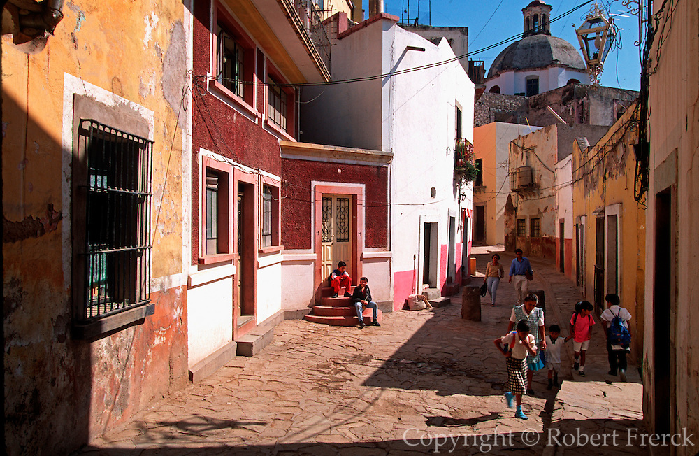 MEXICO, COLONIAL CITIES, GUANAJUATO narrow winding streets and small plazas are typical in the city's crowded hillside location