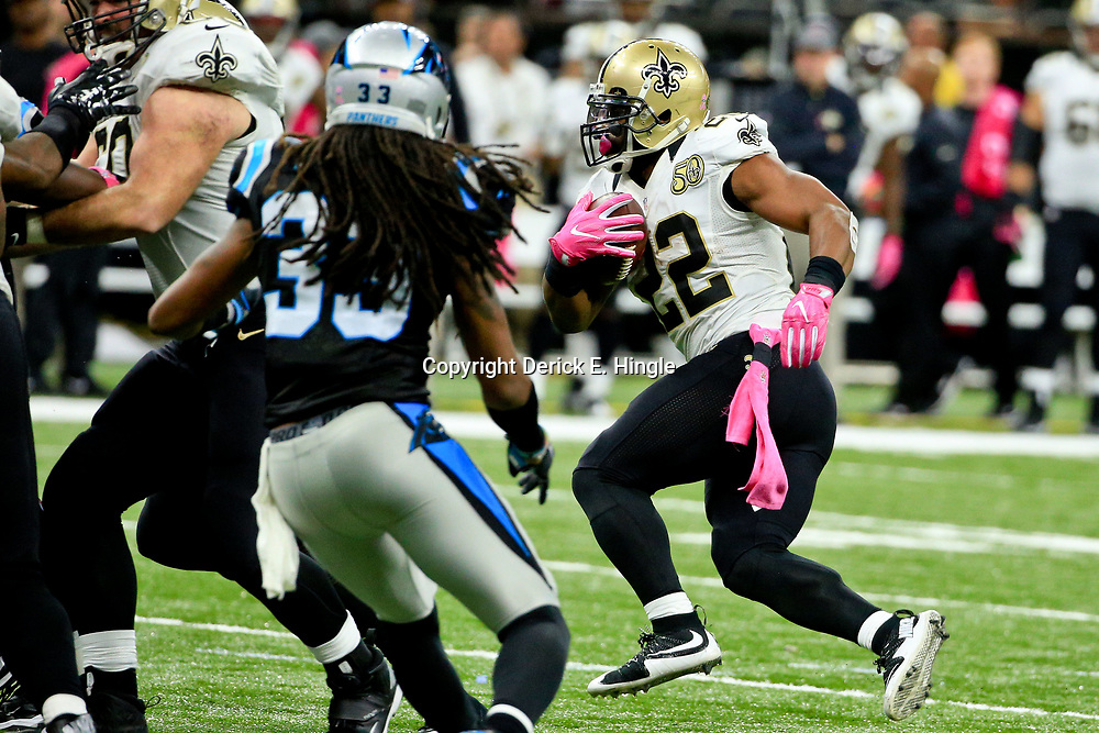 Oct 16, 2016; New Orleans, LA, USA; New Orleans Saints running back Mark Ingram (22) runs against the Carolina Panthers during the second half of a game at the Mercedes-Benz Superdome. The Saints defeated the Panthers 41-38. Mandatory Credit: Derick E. Hingle-USA TODAY Sports