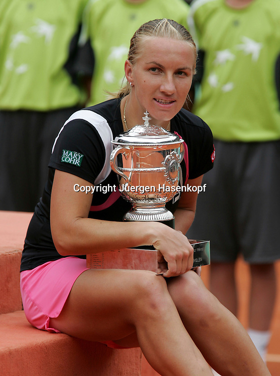 French Open 2009, Roland Garros, Paris, Frankreich,Sport, Tennis, ITF Grand Slam Tournament, <br /> Damen Finale,Endspiel,Siegerehrung,Praesentation<br /> Siegerin Svetlana Kuznetsova (RUS) mit Pokal, <br /> <br /> Foto: Juergen Hasenkopf