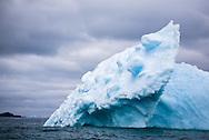 An iceberg in the Scotia Sea, Antarctic Ocean / Iceberg en el Mar de Scotia, Oceano Antártico