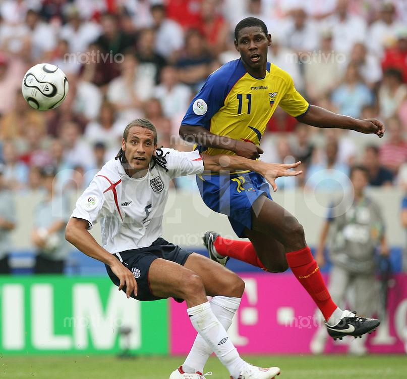 Fussball WM 2006  Achtelfinale   England - Ecuador Rio FERDINAND (ENG, li) gegen Agustin DELGADO (ECU)