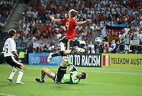 FUSSBALL EUROPAMEISTERSCHAFT 2008  Finale Deutschland - Spanien    29.06.2008 Fernando Torres (ESP oben) erzielt das Tor zum 0:1 gegen Jens Lehmann (GER unten); Philipp Lahm (GER links) kann nur noch zusehen