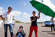 Ellen van Vugt na afloop van haar recordpoging. In Duitsland worden op de Dekrabaan bij Schipkau recordpogingen gedaan met speciale ligfietsen tijdens een speciaal recordweekend.<br /> <br /> Ellen van Vugt after her record attempt. In Germany at the Dekra track near Schipkau cyclists try to set new speed records with special recumbents bikes at a special record weekend.