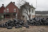 Braddock, Pennsylavania - Decine di pneumatici abbandonati davnti alle abitazioni della cittadina di Braddock in Pennsylvania.<br /> Abandoned tires in front of a series of houses in the town of Braddock in Pennsylavania.