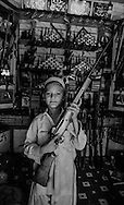 Pakistan. Dara in tribal area. Dara in the tribal territory, arms factories,  guns , hashish and drugs are on sale freely.     /  Dara, dans les zones tribales, partiellement controle par le gouvernement, on y fabrique des armes, le hashish et les armes sont en vente libre   26700 15 26700 20 /  PAK26700 10B