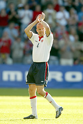 OSLO, NORWAY - Thursday, May 27, 2004:  Norway's Henning Berg says farewell to the crowd after winning his 100th cap against Wales during the International Friendly match at the Ullevaal Stadium, Oslo, Norway. (Photo by David Rawcliffe/Propaganda)