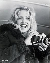 1974, Film Title: SUGARLAND EXPRESS, Director: STEVEN SPIELBERG, Studio: UNIV, Pictured: GOLDIE HAWN, HOLD THAT POSE (CAMERAS). (Credit Image: SNAP/ZUMAPRESS.com) (Credit Image: © SNAP/Entertainment Pictures/ZUMAPRESS.com)