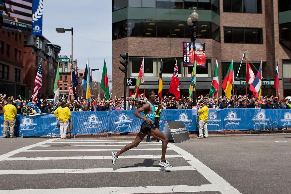 2013 Boston Marathon: Lilesa Desisa crusies to victory in homestretch on Boylston Street