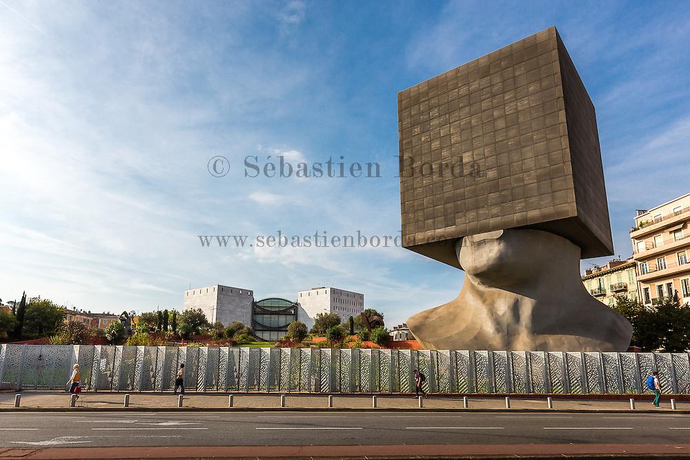 """Monument """"La tête carrée"""" de l'artiste Sacha Sosno, bibliothèque de Nice //  """"La tête carrée"""", sculpture by Sacha Sosno, librairy of Nice"""