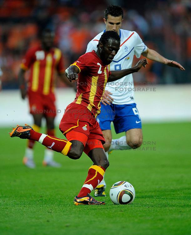 01-06-2010 VOETBAL: NEDERLAND - GHANA: ROTTERDAM<br /> Nederland wint vrij eenvoudig de oefenwedstrijd van Ghana / Robin van Persie en Hans Sarpei<br /> &copy;2010-WWW.FOTOHOOGENDOORN.NL