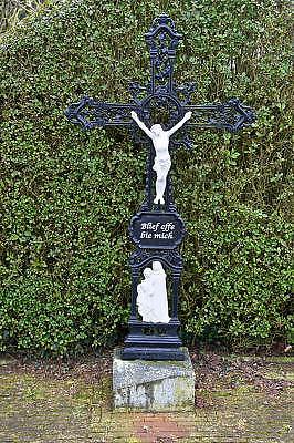 Nederland, Born, 1-3-2013Langs de weg staat een crucifix, kruisbeeld . Blief effe bie mich staat er op het bordje. Blijf even bij me.Foto: Flip Franssen