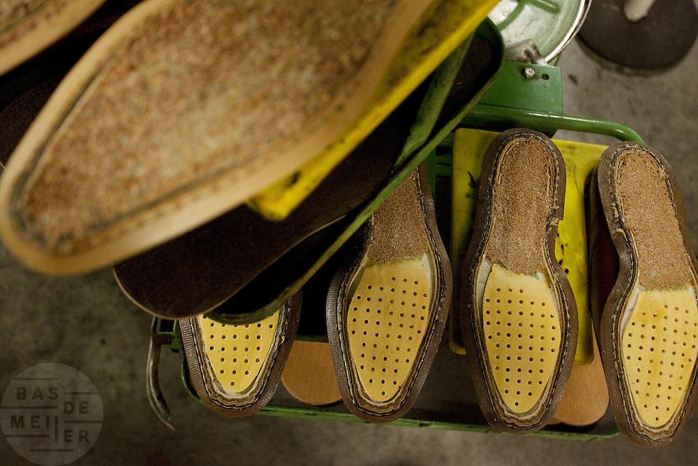 Twee verschillende zolen in de hal van schoenenfabriek Van Bommel