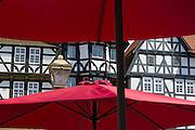 Fachwerkhäuser gesehen durch Sonnenschirme, Marktplatz, Altstadt, Fritzlar, Nordhessen, Hessen, Deutschland | market square, old town, Fritzlar, Hesse, Germany