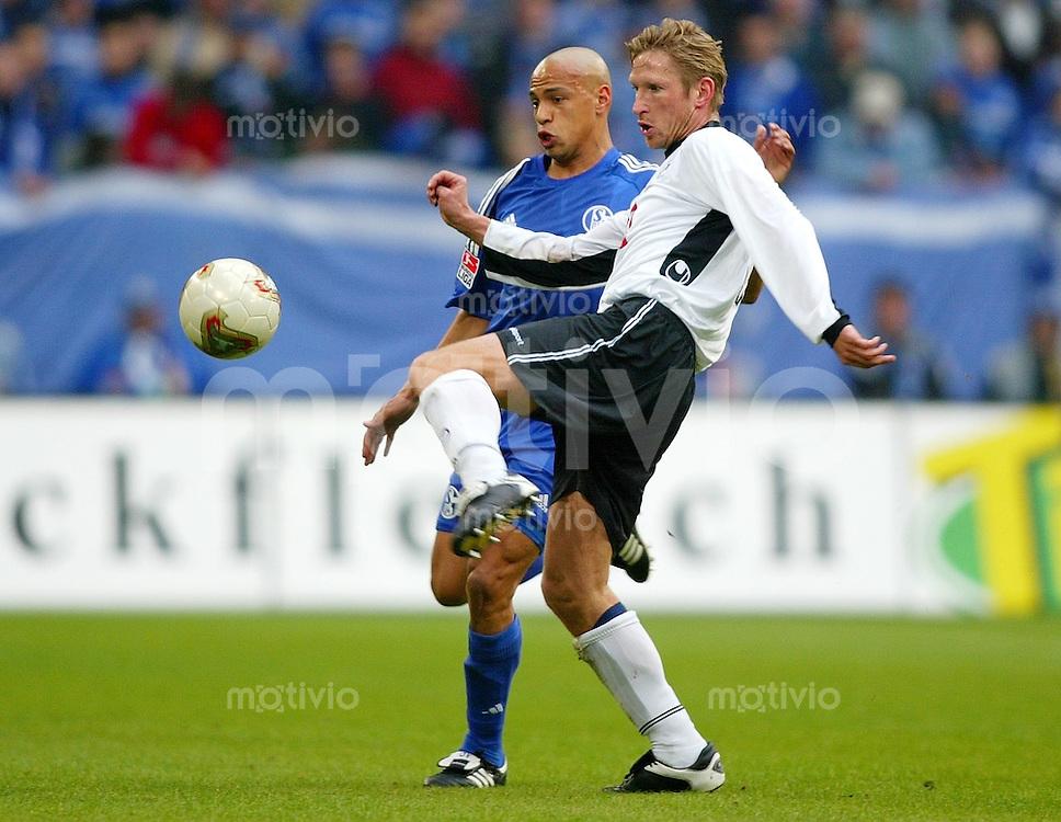Fussball / 1. Bundesliga Saison 2002/2003   24. Spieltag Schalke 04 -Arminia Bielefeld 1:1           Detlev DAMMEIER (re, Bielefeld) gegen Gustavo VARELA (li, Schalke)