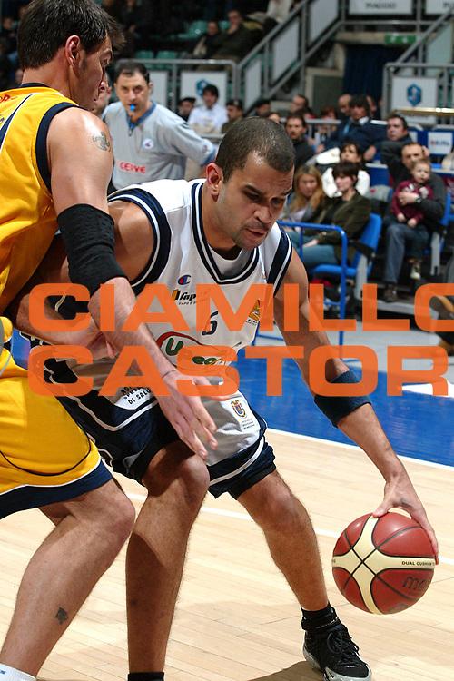 DESCRIZIONE : BOLOGNA CAMPIONATO LEGA A2 2004-2005 FINAL FOUR <br /> GIOCATORE : MONTONATI <br /> SQUADRA : UPEA CAPO D'ORLANDO <br /> EVENTO : CAMPIONATO LEGA A2 2004-2005 FINAL FOUR <br /> GARA : UPEA CAPO D'ORLANDO-EURORIDA SCAFATI <br /> DATA : 06/02/2005 <br /> CATEGORIA : Penetrazione <br /> SPORT : Pallacanestro <br /> AUTORE : Agenzia Ciamillo-Castoria/G.Livaldi