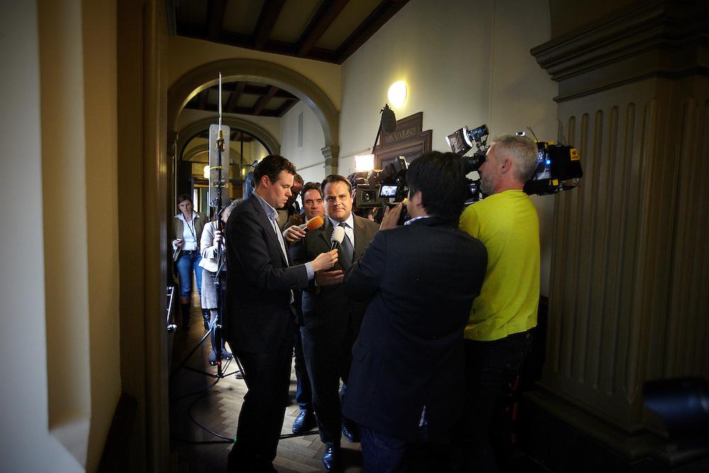 Nederland. Den Haag, 26 april 2012. <br /> Demissionair minister van Financien Jan Kees de Jager door de gangen op weg naar de Pvda fractie, pers, journalistiek, parlementaire journalistiek VVD, CDA, D66, GroenLinks en ChristenUnie zijn met het kabinet een principe-akkoord overeengekomen over de begroting van volgend jaar.<br /> Men is als Tweede Kamer uit de impasse gekomen om voor mei een begroting voor 2013 op te stellen na de val van het kabinet Rutte van VVD, CDA en met gedoogsteun van de PVV van Geert Wilders. Crisisakkoord na mislukken ook van Catshuisberaad. 3% Financieringstekort.<br /> Het kabinet en de regeringspartijen VVD en CDA hebben in twee politiek gezien krankzinnige dagen met de oppositiepartijen D66, GroenLinks en de ChristenUnie een akkoord gesloten over bezuinigingen en hervormingen in 2013. Minister Jan Kees de Jager van Financi&euml;n koppelde als verkenner de vijf partijen aan elkaar en kreeg in nog geen 30 uur voor elkaar waar VVD en CDA met gedoogpartij PVV in 7 weken overleg in het Catshuis niet in waren geslaagd. Politiek, kabinet Rutte, kabinetscrisis, Catshuisonderhandelingen, Tweede Kamer, <br /> Foto : Martijn Beekman