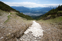 THEMENBILD - durch die Region in und um Innsbruck führen zahlreiche Wanderwege und -routen für alle Zielgruppen. Vom Familienwanderweg bis zu hochalpinen Touren ist für alle Naturbegeisterten etwas dabei. Im Bild ein noch verbliebener Schneefleck // The region in and around Innsbruck lead numerous hiking trails and routes for all target groups. From the family hiking trail to high alpine tours, there is something for all nature enthusiasts. Innsbruck, Austria on2017/05/21. EXPA Pictures © 2017, PhotoCredit: EXPA/ Jakob Gruber