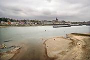 Nederland, the netherlands, Nijmegen, 25-10-2018 Nog nooit stond het water in de Waal zo laag . Zicht bij de Waalbrug. Fietswrakken en ander weggegooid materiaal ligt op de bodem.  Door de aanhoudende droogte staat het water in de rijn, ijssel en waal extreem laag . Laagterecord en de laagste officiele stand ooit bij Lobith gemeten. Schepen moeten minder lading innemen om niet te diep te komen . Hierdoor is het drukker in de smallere vaargeul . Door te weinig regenval in het stroomgebied van de rijn is het de waterafvoer extreem weinig . Binnenvaart heeft er veel last van.Foto: Flip Franssen