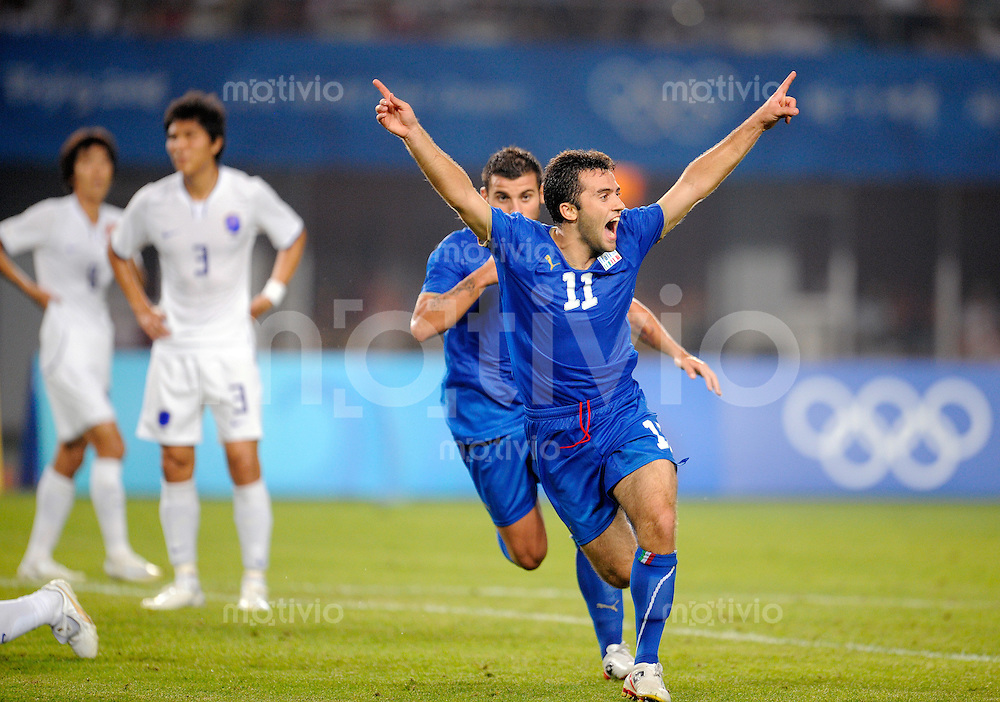 Olympia 2008  Peking  Fussball  Maenner   10.08.2008 Italien - Korea Giuseppe ROSSI (re, ITA) jubelt nach seinem Tor zum 1-0. Im Hintergrund enttaeuschte koreanische Spieler.