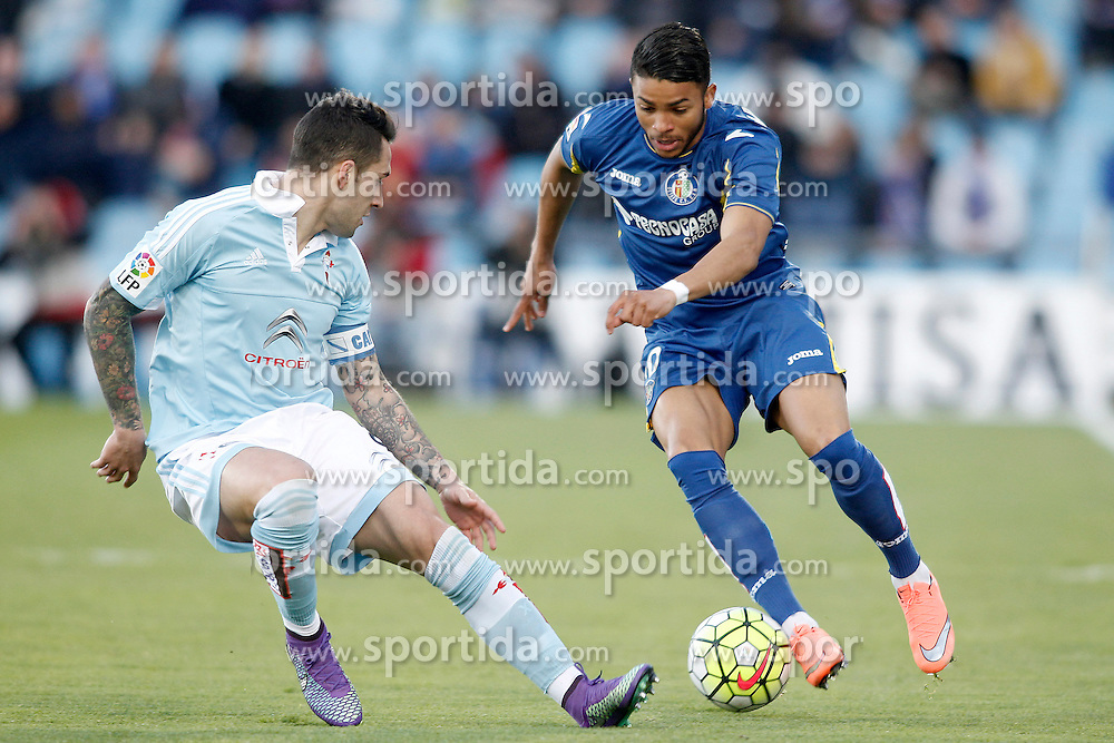 27.02.2016, Estadio Balaidos, Vigo, ESP, Primera Division, Getafe CF vs RC Celta, 26. Runde, im Bild Getafe's Wanderson (r) and Celta de Vigo's Hugo Mallo // during the Spanish Primera Division 26th round match between Getafe CF and RC Celta at the Estadio Balaidos in Vigo, Spain on 2016/02/27. EXPA Pictures &copy; 2016, PhotoCredit: EXPA/ Alterphotos/ Acero<br /> <br /> *****ATTENTION - OUT of ESP, SUI*****