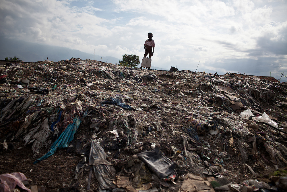 The number of cholera victims in Cité Soleil, a slum of Port-au-Prince, is increasing day by day exponentially, according to a doctor of Doctors Without Borders, essentially because of hygienic problems./// A child stands on the top of a hill made with tons of garbages, in the slum of Cite Soleil in Port-au-Prince.
