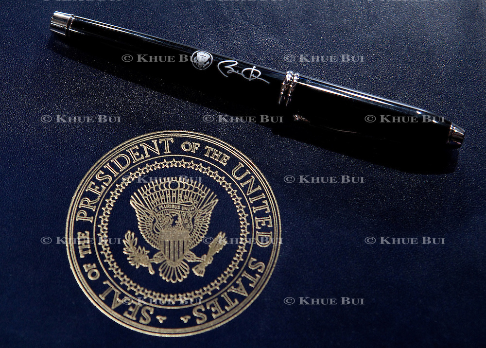 Folio and pen Pres. Obama will use to sign the Executive Order for ethics of White House staff Wednesday, January 21, 2009...Photo by Khue Bui