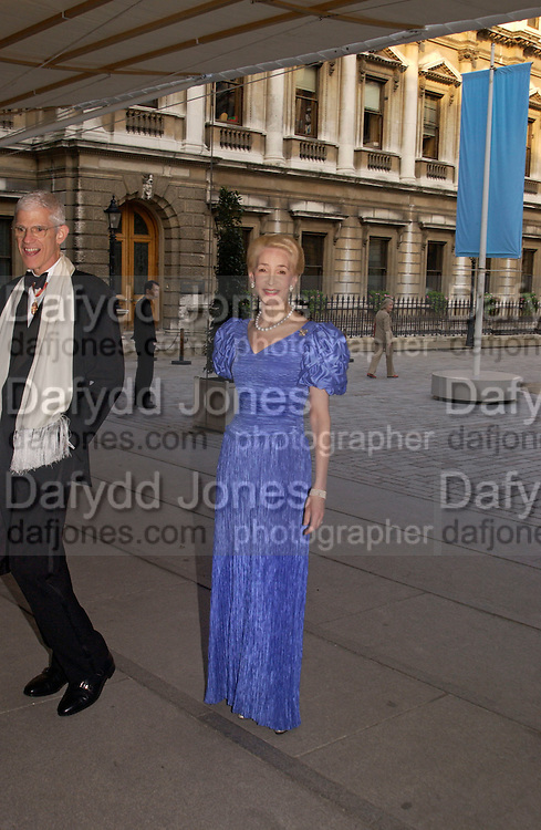Royal Academy summer exhibition annual dinner. Picadilly.  2 June 2004. ONE TIME USE ONLY - DO NOT ARCHIVE  © Copyright Photograph by Dafydd Jones 66 Stockwell Park Rd. London SW9 0DA Tel 020 7733 0108 www.dafjones.com