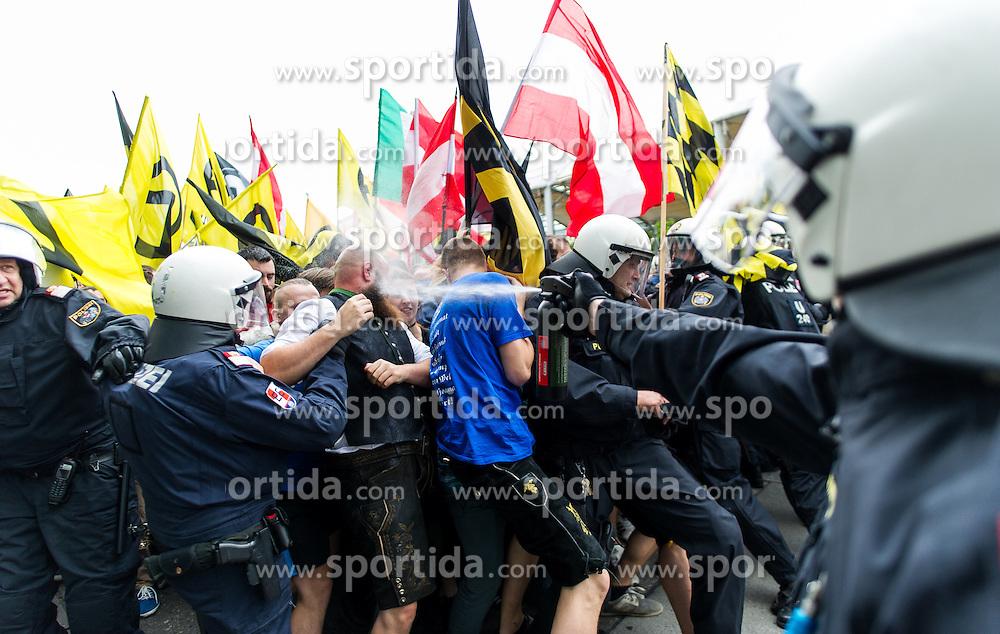 """11.06.2016, Wien, AUT, Demonstration der Identitären Bewegung Österreich mit diversen Gegendemonstrationen. im Bild Polizist setzt Pfefferspray gegen Identitären ein // police officer during demonstration of the right group """"Identitaeren"""" and left-wing counter demonstrations in Vienna, Austria on 2016/06/11. EXPA Pictures © 2016, PhotoCredit: EXPA/ Michael Gruber"""
