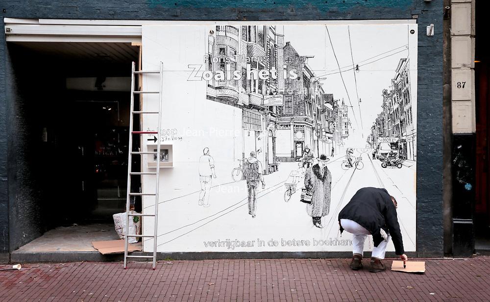 Nederland, Amsterdam, 8 oktober 2017.<br />Kunstenaar Floris Tilanus werkt aan zijn muurschildering in de Utrechtsestraat nr 85.<br /><br /><br /><br />Foto: Jean-Pierre Jans