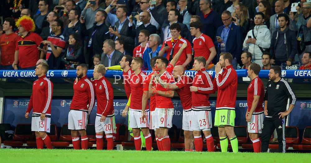 LILLE, FRANCE - Friday, July 1, 2016: Wales' substitutes prepare to celebrate after a 3-1 victory over Belgium and reaching the Semi-Final with David Cotterill and Neil Taylor during the UEFA Euro 2016 Championship Quarter-Final match at the Stade Pierre Mauroy. George Williams, Joe Ledley, goalkeeper Owain Fon Williams, Hal Robson-Kanu, David Cotterill, David Vaughan. (Pic by David Rawcliffe/Propaganda)